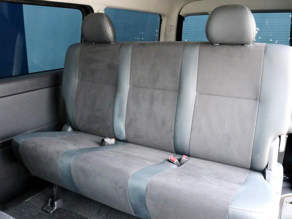 ダークプライム特別仕様車なので専用のハーフレザーシートが設置されています。3点式シートベルトなのでチャイルドシートの設置も可能です。