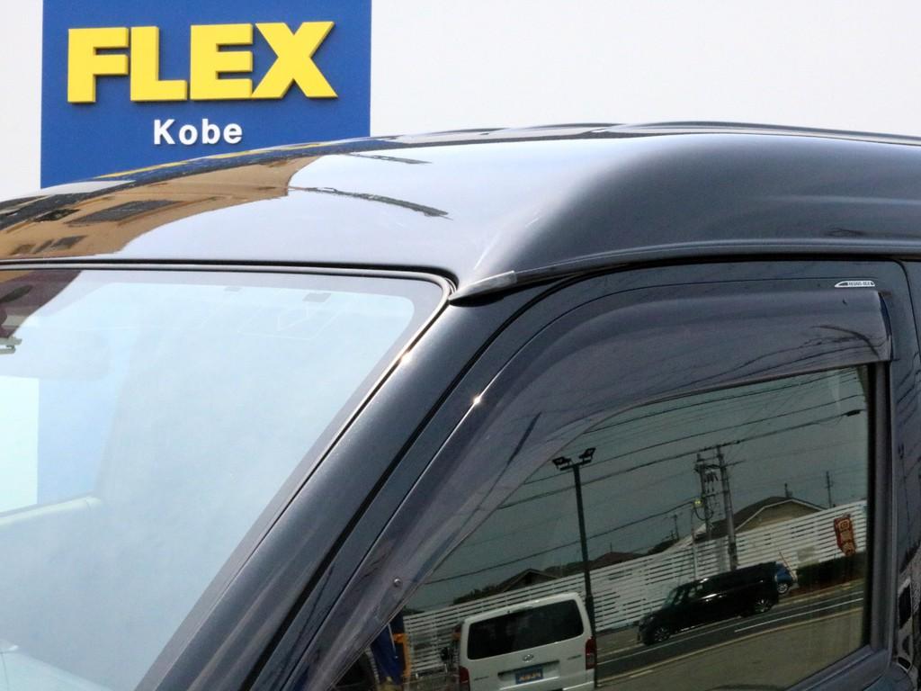 純正ドアバイザーが設置されています。窓を開けた状態での走行中に風や雨水が直接車内に吹き込むことを防ぐ効果が期待出来ます。