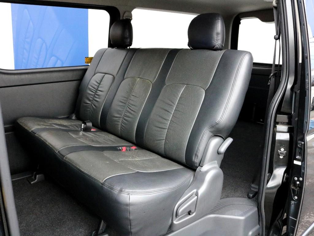 2列目シートは3点式シートベルトになっているので、チャイルドシートの設置も可能です。2列目シートは簡単に前方への跳ね上げ収納する事が可能で、これによってより広い荷室スペースが確保可能です。