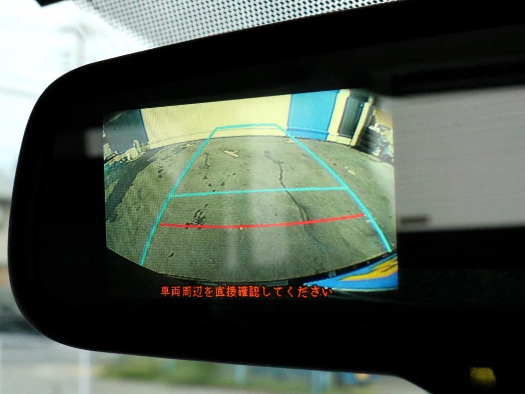 バックモニター付き防眩ミラーを装備! バックカメラの映像はルームミラーに描写されます。