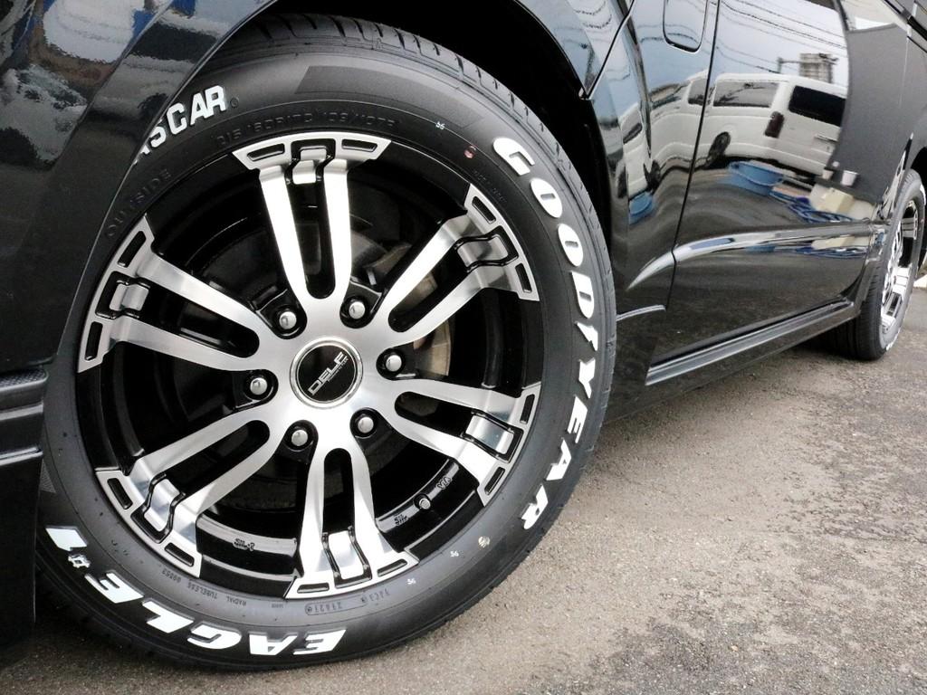 足元にはFLEXオリジナルDelf02を装着済み! タイヤは人気のナスカーホワイトレタータイヤを合わせています。