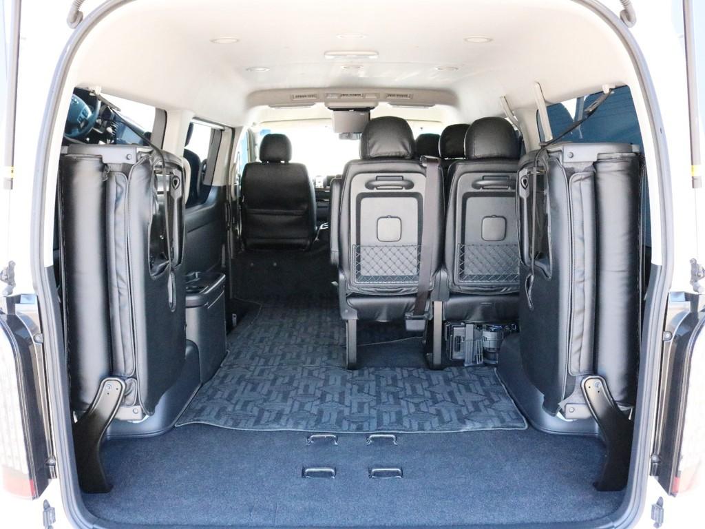 リヤハッチを開いて4列目シートを跳ね上げることによって十分な荷室スペースが確保可能です。