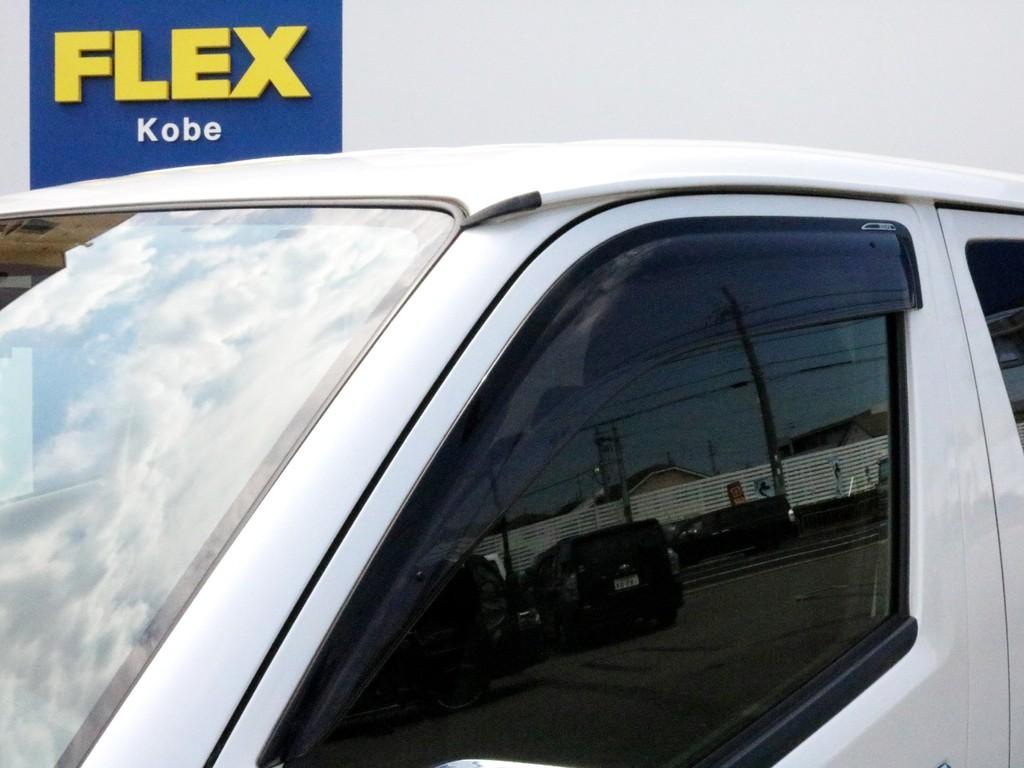 あると便利なサイドバイザー設置されています。窓を開けた状態での走行中に風や雨水が直接車内に吹き込むことを防ぐ効果が期待出来ます。