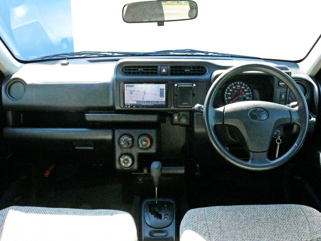 コックピットはとてもシンプルな構造をしています。直感的に運転できるような操作配置になっているので、誰でも気楽にドライブを楽しむことが可能です。