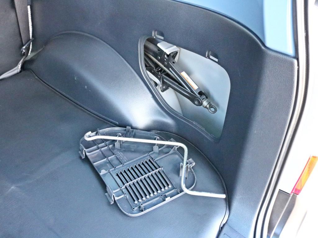 純正工具は荷室側面に収納されています。反対側の側面は小物入れになっています。