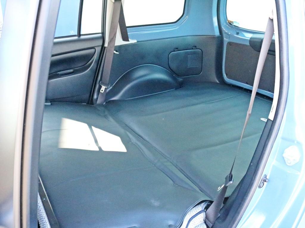 後席シートを倒すとより広い荷室スペースを確保する事が可能です。沢山の荷物を積んだり、車中泊を行うことも可能なスペースです。
