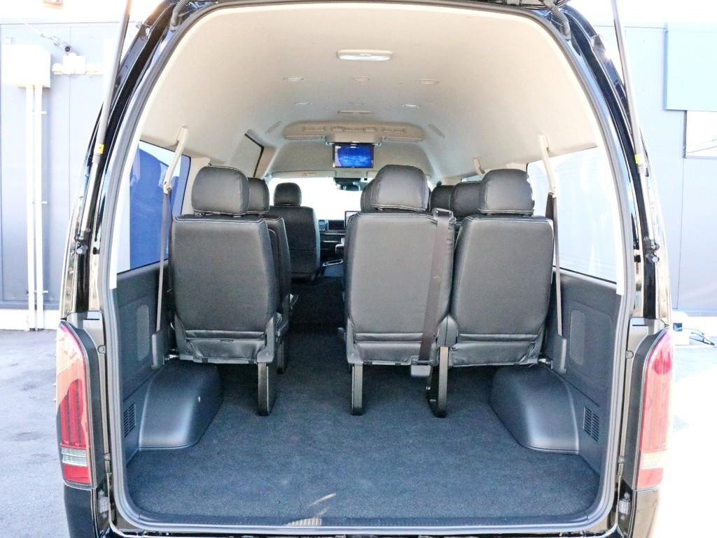 リヤハッチを開くと10人乗りなのに十分な荷物スペースが確保されています。フリップダウン後席モニターも後部座席からよく見えます。
