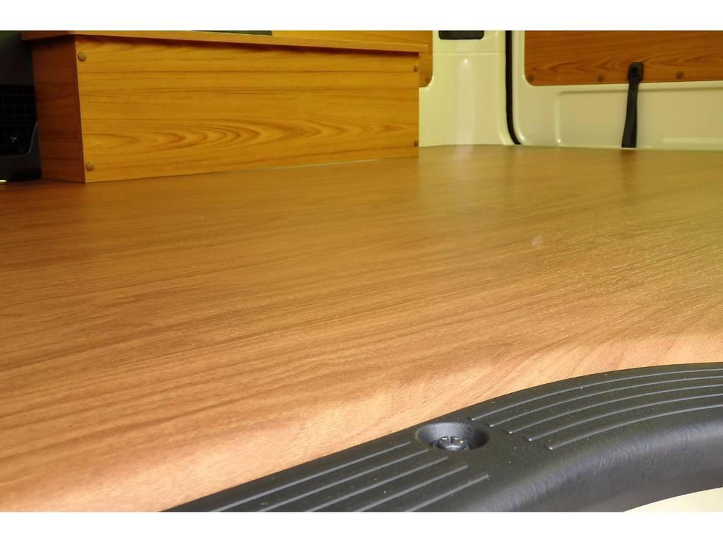 純正のカーペットから床張り施工を施しており、表面は室内に温もりと一体感のあるカラーを数ある中からセレクトしました♪ | トヨタ ハイエースバン 2.0 DX ロング お洒落なハイエースV