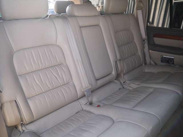 後部座席は大人もくつろげるスペースがございます☆ | トヨタ ランドクルーザーシグナス 4.7 4WD
