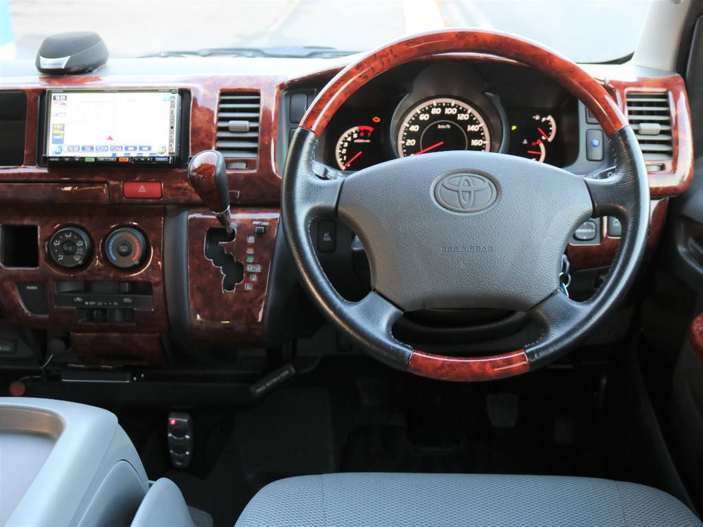社外木目調コンビハンドルを装着済みで、高級感を演出しています♪ | トヨタ ハイエース 2.7 DX ロング ミドルルーフ 4WD エアロツアラー