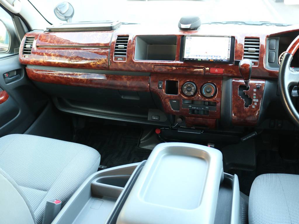 社外木目調インテリアパネル装着済みで、味気ない純正に高級感をプラス♪ | トヨタ ハイエース 2.7 DX ロング ミドルルーフ 4WD エアロツアラー