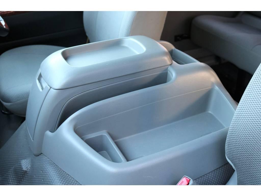 センターコンソールは大容量で、色々なモノを収納出来ちゃいます♪カスタムパーツも豊富なので、使い易い様にアレンジも可能です! | トヨタ ハイエース 2.7 DX ロング ミドルルーフ 4WD エアロツアラー