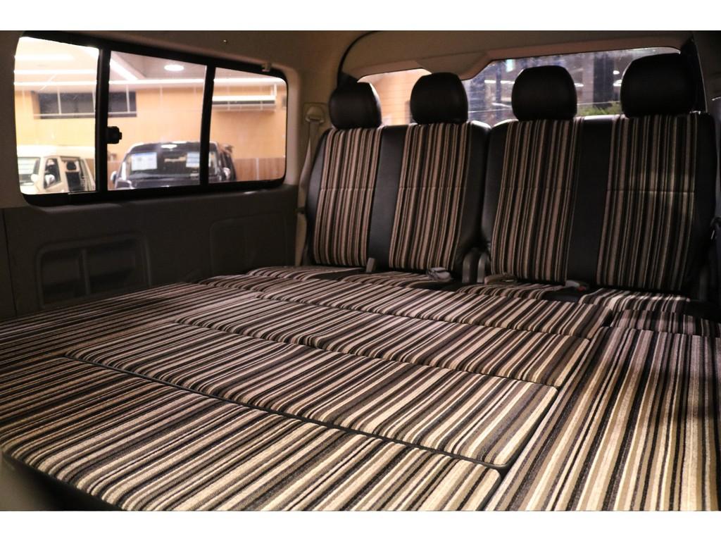 【弊社オリジナル内装のベッドキット部分】長時間のドライブや車中泊も快適にお楽しみ頂けます。