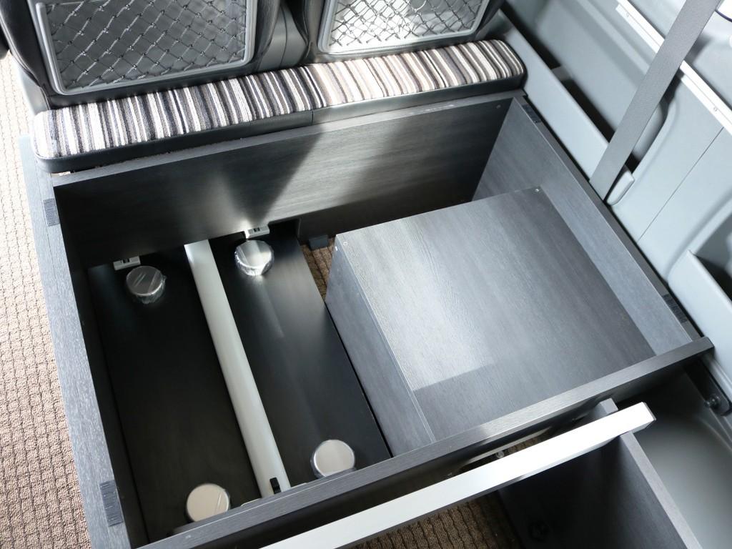 取り外したベッドマットやテーブルは、3列目下の収納スペースに収納が可能です♪