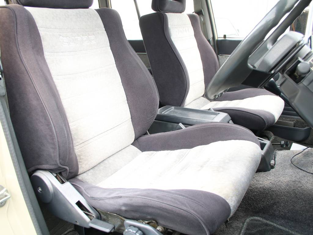 運転席は目立つヘタりなくキレイに保たれております☆ | トヨタ ランドクルーザー60 4.0 VX ハイルーフ ディーゼルターボ 4WD VX