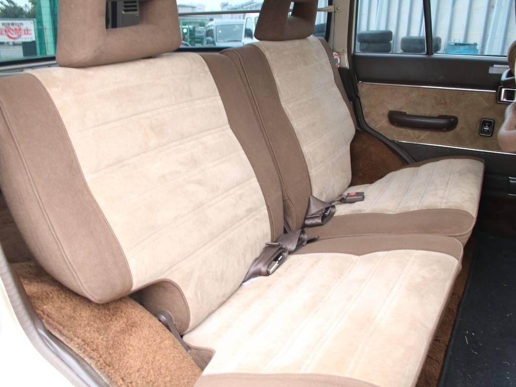 後部座席は大人もくつろげるスペースがございます☆ | トヨタ ランドクルーザー60 4.0 VX ハイルーフ ディーゼルターボ 4WD