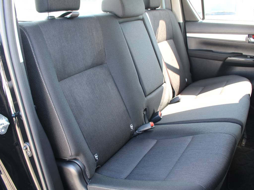 後部座席は大人もくつろげるスペースがございます☆ | トヨタ ハイラックス 2.4 Z ディーゼルターボ 4WD Z