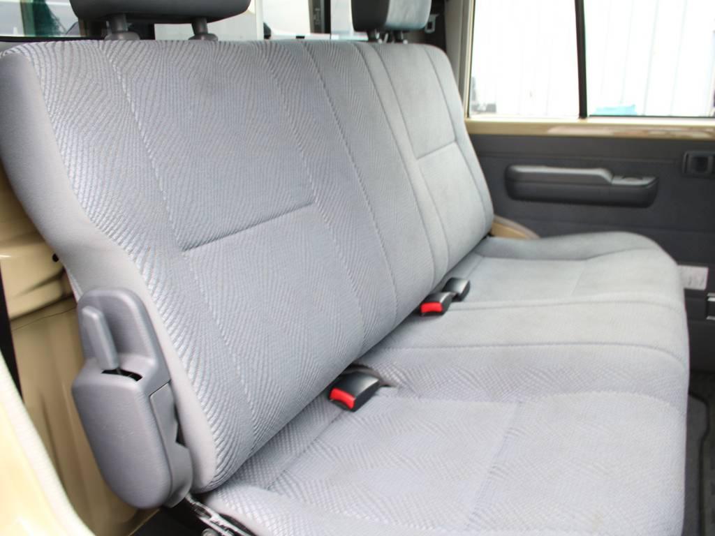 後部座席は大人もくつろげるスペースがございます☆ | トヨタ ランドクルーザー70ピックアップ 4.0 4WD