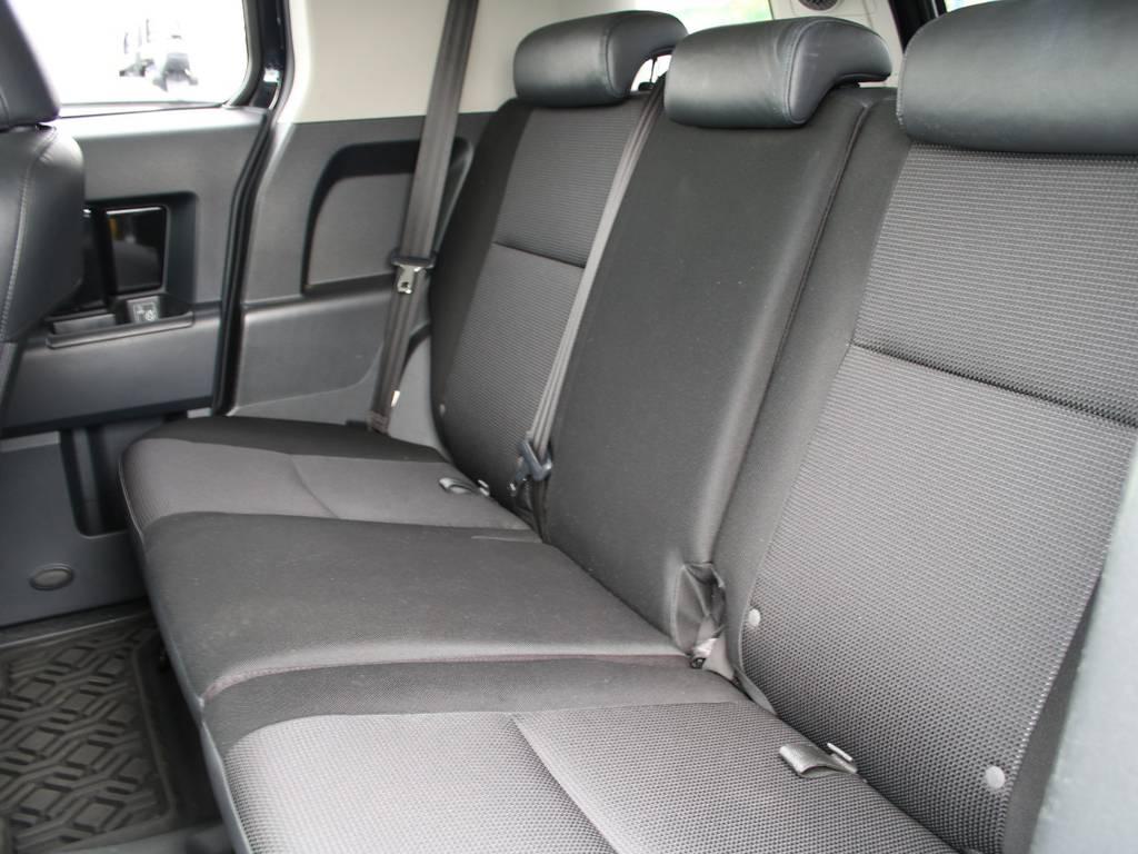 後部座席は大人もくつろげるスペースがございます☆ | 米国トヨタ FJクルーザー コンビニエンスPKG アップグレードⅡ