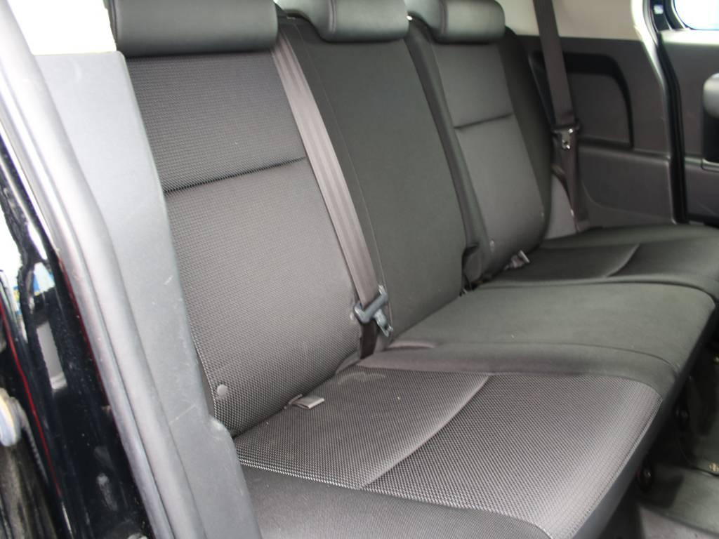 後部座席は大人もくつろげるスペースがございます☆ | トヨタ FJクルーザー 4.0 ブラックカラーパッケージ 4WD