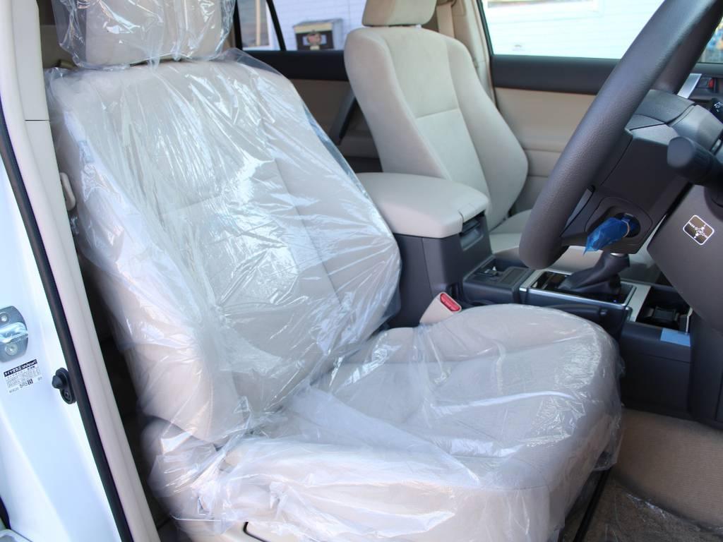 運転席は新車なので目立つヘタりなくキレイに保たれております☆ | トヨタ ランドクルーザープラド 2.8 TX ディーゼルターボ 4WD 5人 内装ベージュ WALDエアロ