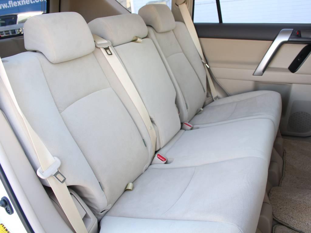 後部座席は大人もくつろげるスペースがございます☆ | トヨタ ランドクルーザープラド 2.8 TX ディーゼルターボ 4WD 5人 内装ベージュ WALDエアロ