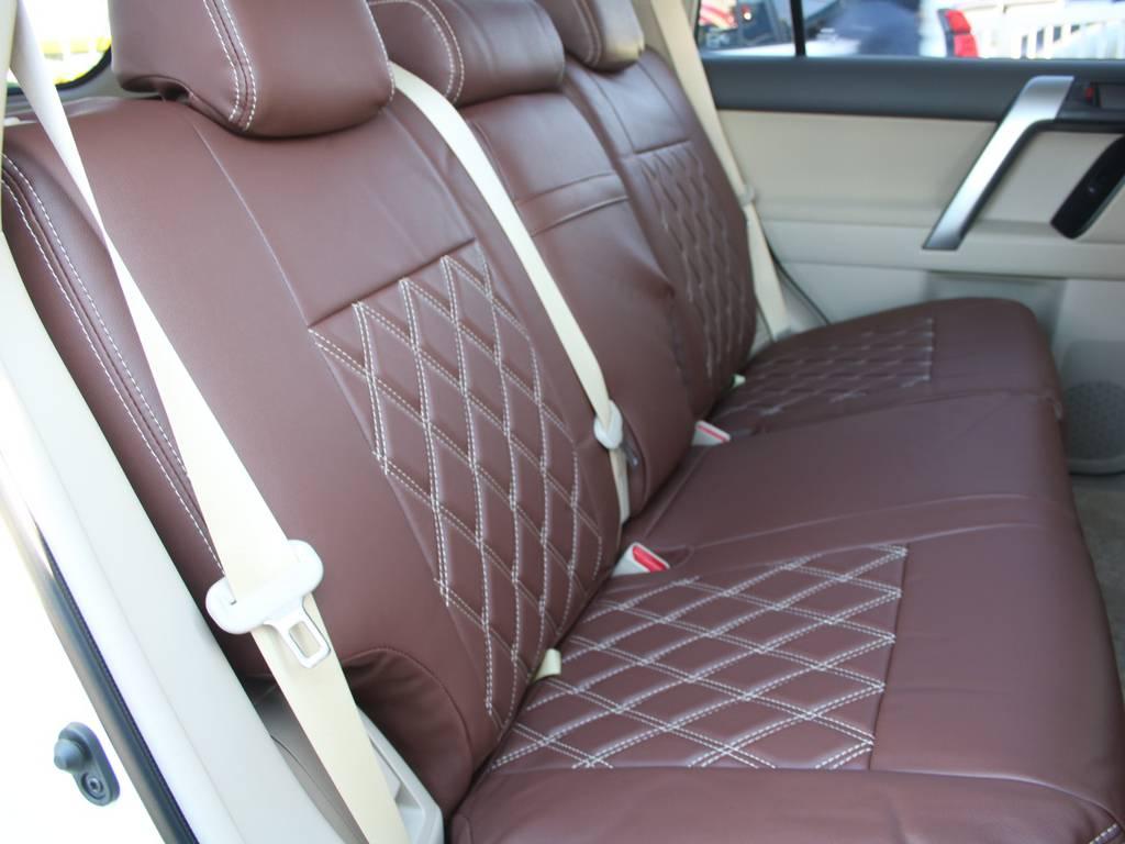 後部座席は大人もくつろげるスペースがございます☆   トヨタ ランドクルーザープラド 2.8 TX ディーゼルターボ 4WD 5人 内装ベージュ WALDエアロ