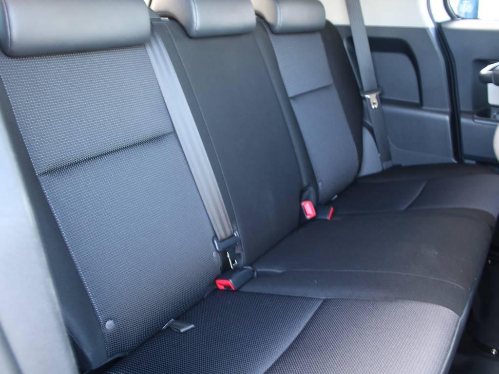 後部座席は大人もくつろげるスペースがございます☆   トヨタ FJクルーザー 4.0 カラーパッケージ 4WD