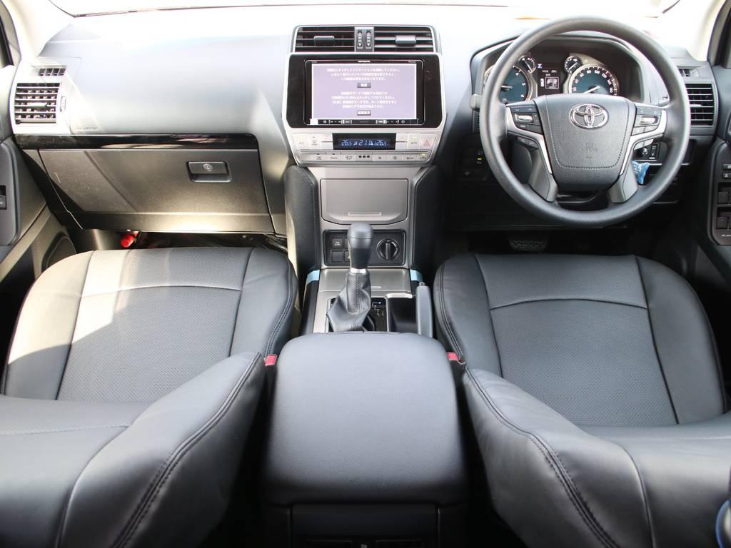 内装グレー基調☆視野の広いフロントガラスです☆新品のシートカバーを取り付け致しました☆   トヨタ ランドクルーザープラド 2.8 TX ディーゼルターボ 4WD 5人