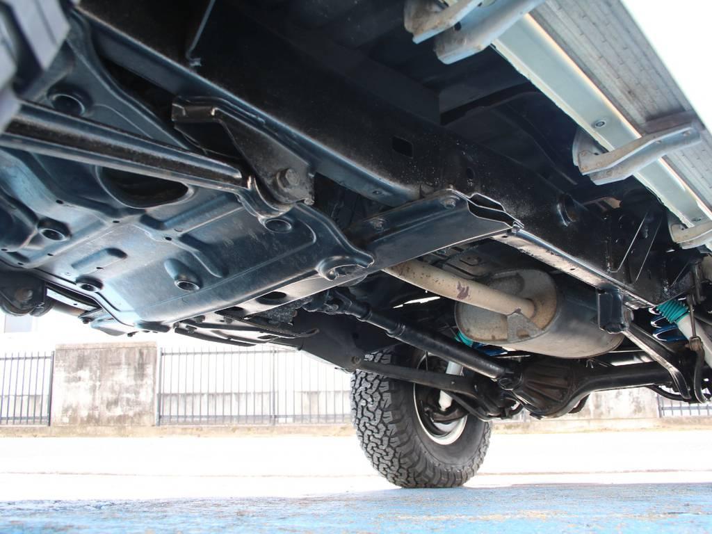 下回りは高圧洗浄後、防錆パスターにてキレイに仕上げてあります☆   トヨタ ランドクルーザープラド 3.0 EXワイド ディーゼルターボ 4WD