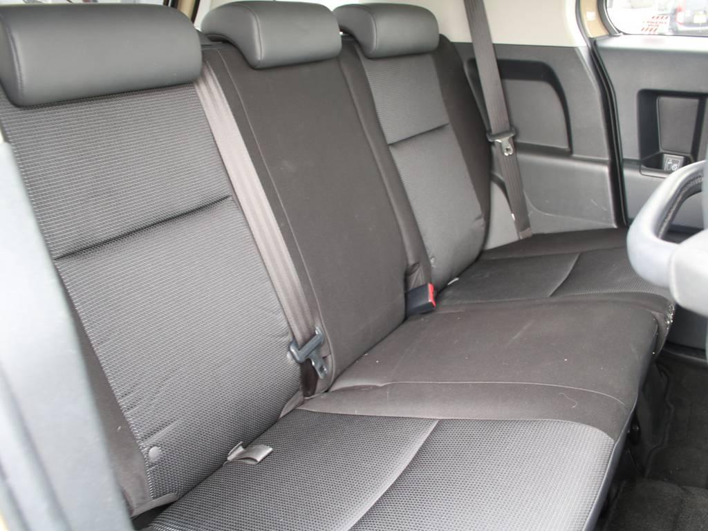 後部座席は大人もくつろげるスペースがございます☆ | トヨタ FJクルーザー 4.0 オフロードパッケージ 4WD