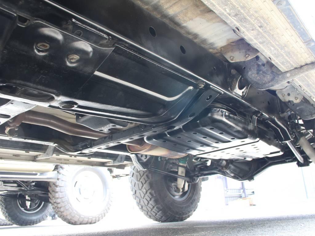 下回りは高圧洗浄後防錆パスターにてキレイに仕上げてあります☆ | トヨタ ハイラックスサーフ 2.7 SSR-X 4WD 背面レス リフトアップ MGホイール