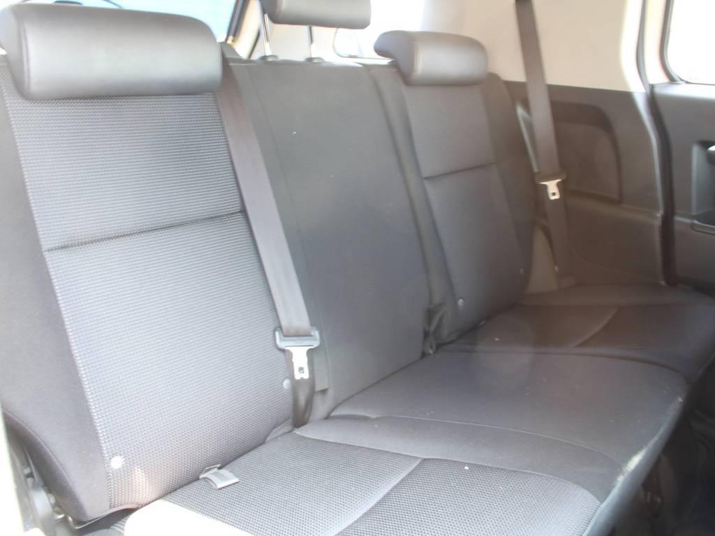 後部座席は大人もくつろげるスペースがございます☆ | トヨタ FJクルーザー 4.0 4WD