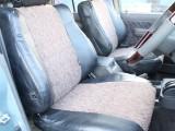 運転席は目立つヘタりなくキレイに保たれております☆
