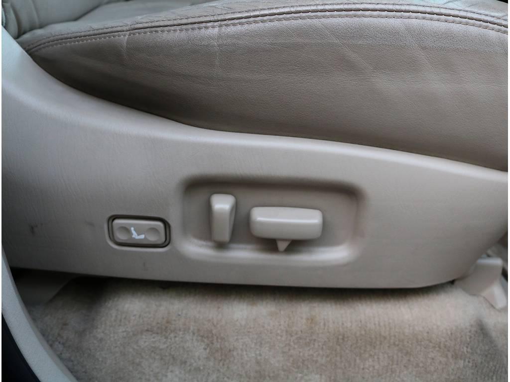 勿論パワーシート装備されているので微調整も簡単に行えます! | トヨタ ランドクルーザーシグナス 4.7 4WD