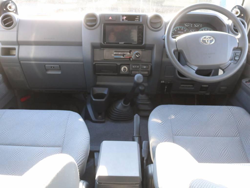 シンプルでいて飾らない内装です♪ | トヨタ ランドクルーザー70 4.0 4WD