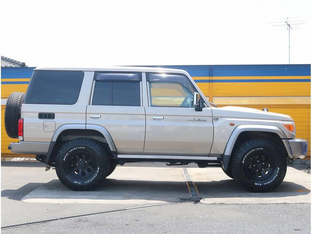 お洒落なゴールドと足元のブラックが相性バッチリです! | トヨタ ランドクルーザー70 4.0 4WD