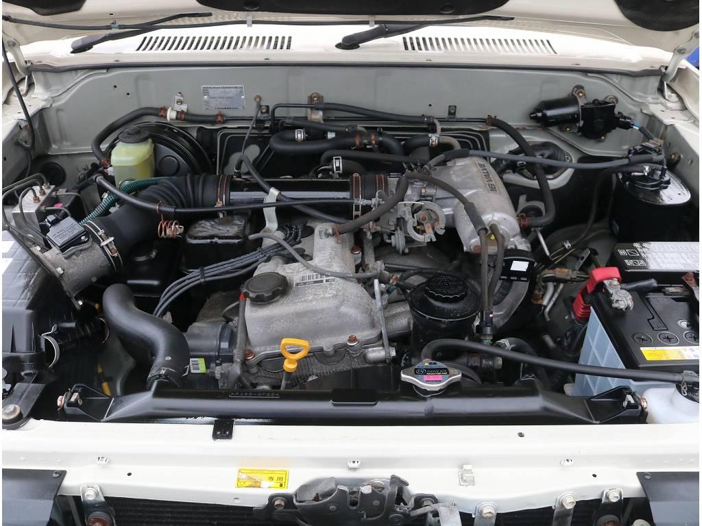 エンジンはハイラックスシリーズやハイエースなどにも採用され、耐久性の高さが世界中から信頼を得ている2.7リッターガソリンエンジンを搭載!!