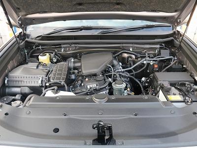 2.7Lガソリンエンジンです。ガソリンにディーゼルにとどちらのタイプを選ぶかは永遠のテーマになってくるかもしれません・・・