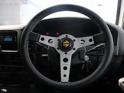 ブラックレザーハンドル装着済です!操作性も良く運転も行い易いですよ!