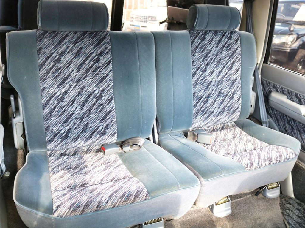 後部座席は大人もくつろげるスペースがございます!