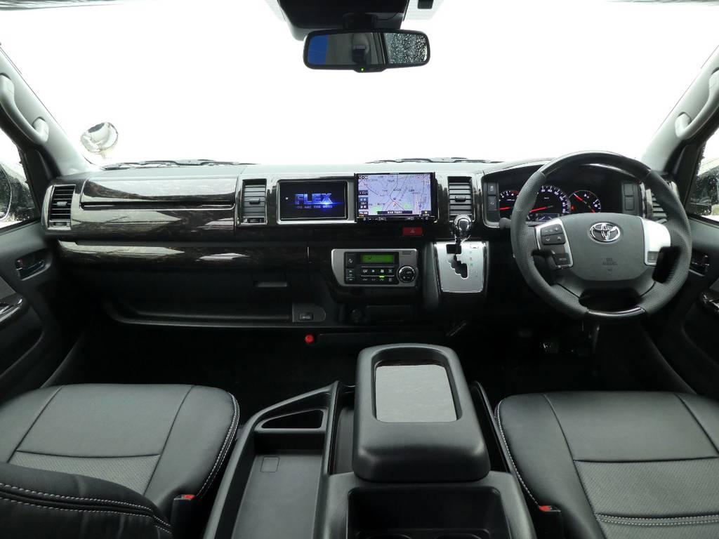 マホガニーインテリアが上質なキャビンを演出!! | トヨタ ハイエース 2.7 グランドキャビン 4WD トリプルナビカスタム