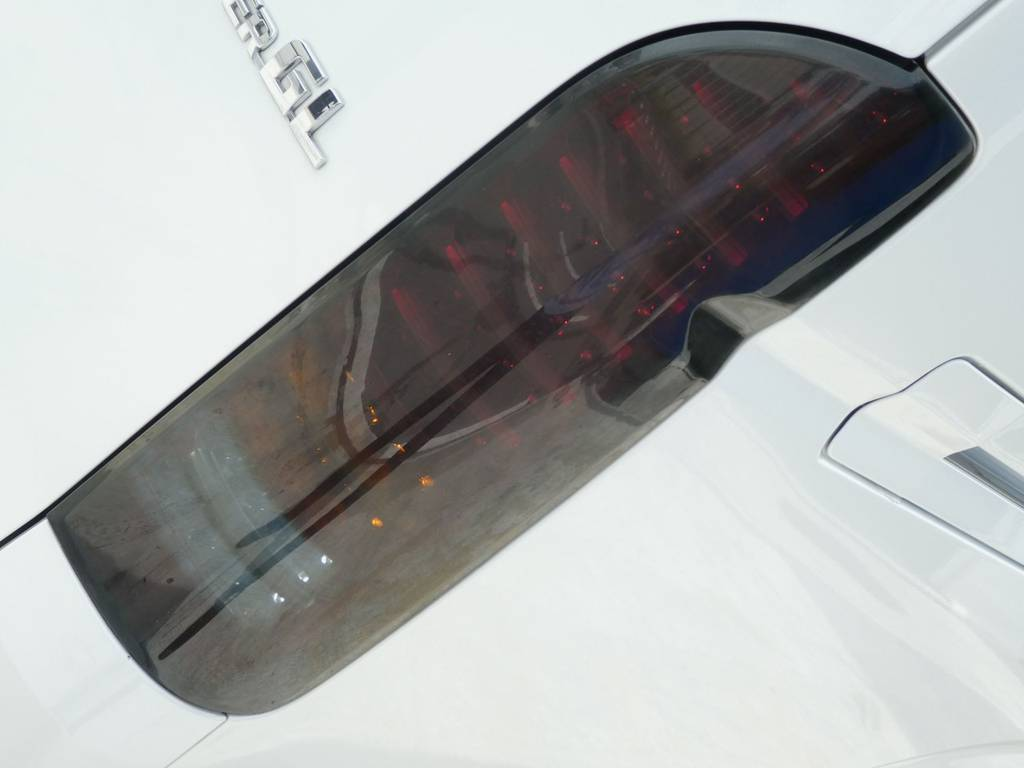 LEDチューブテールにスモークブラックレンズカバーをセット! | トヨタ ハイエースバン 2.0 スーパーGL ロング ツインナビカスタム