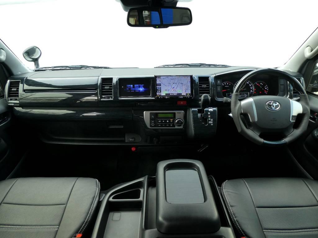黒木目インテリアが上質なキャビンを演出!! | トヨタ ハイエース 2.7 グランドキャビン 4WD トリプルナビカスタム