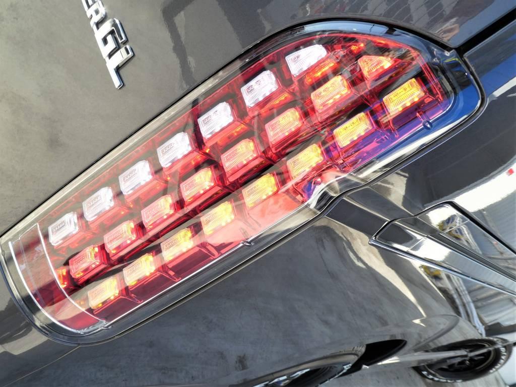 流れるウィンカーのフルLEDテール!! | トヨタ レジアスエース 3.0 スーパーGL ダークプライム ロングボディ ディーゼルターボ 4WD 内外装フルカスタム