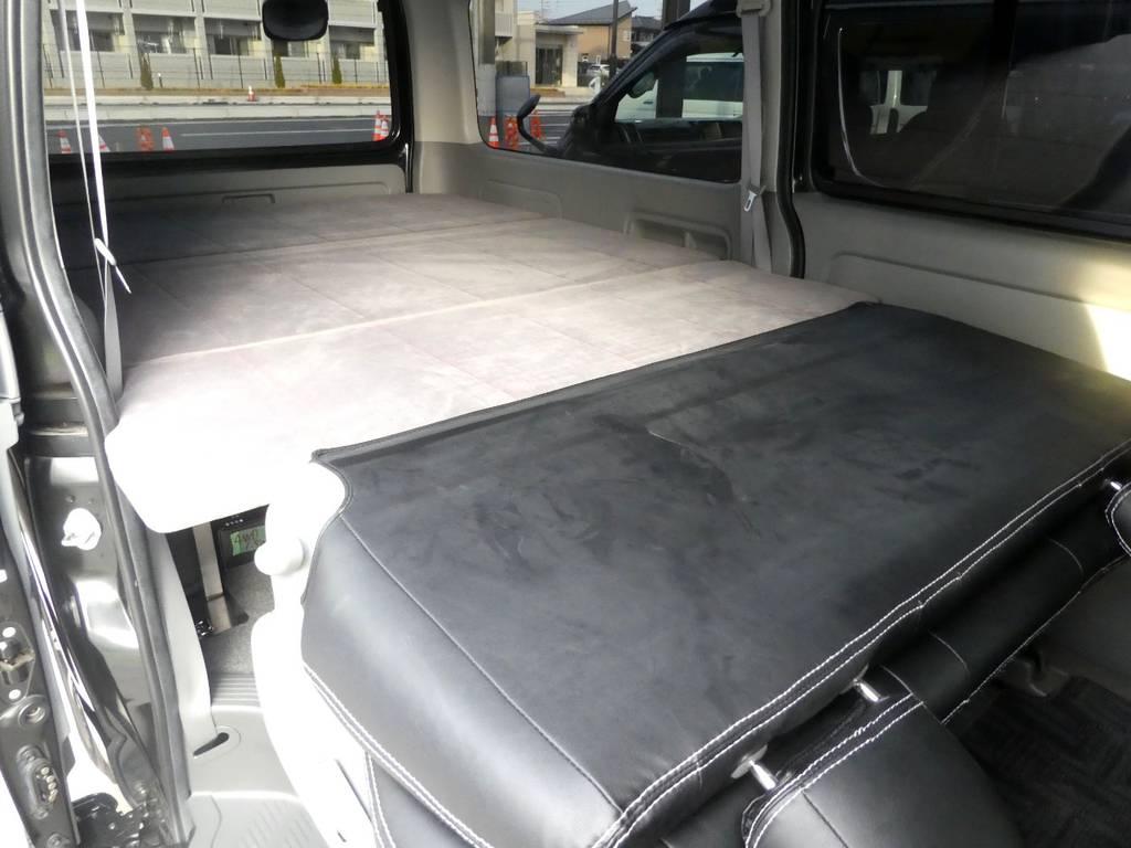 後席の背面を利用してフルフラットのベットとしてご利用いただけます!!   トヨタ ハイエースバン 3.0 スーパーGL ロング ディーゼルターボ 4WD 内外装フルカスタム