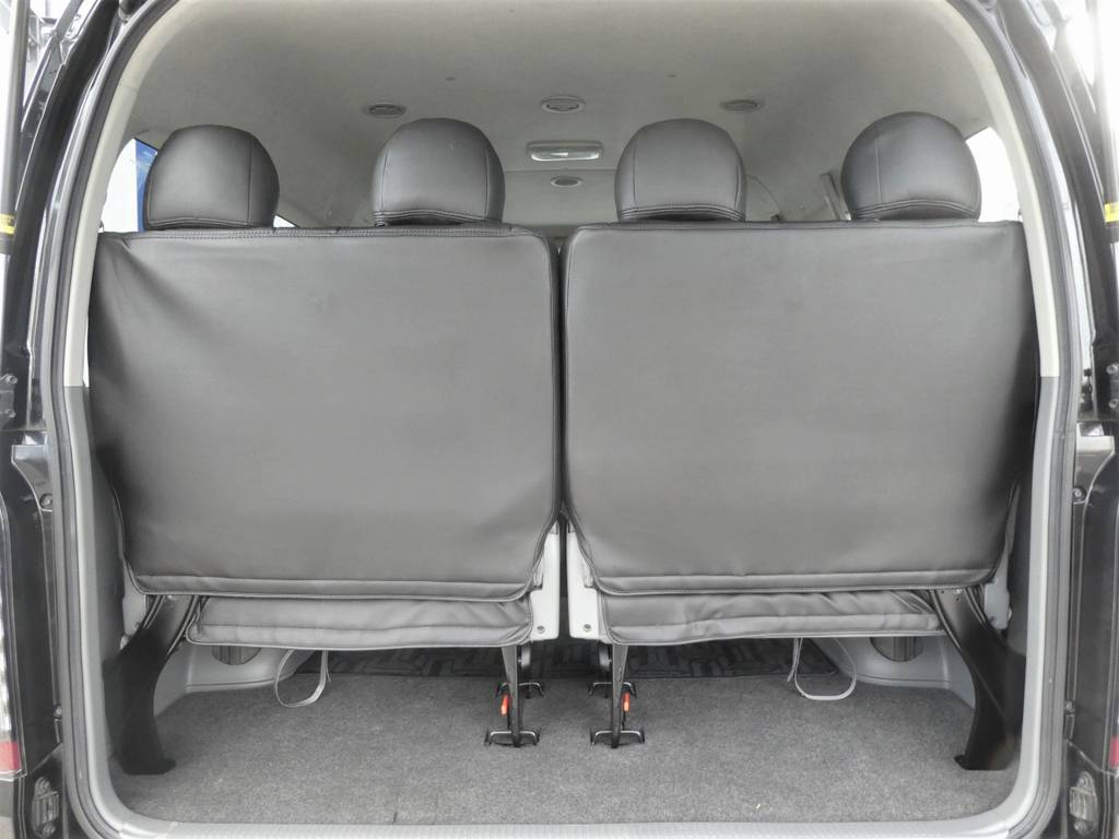 後席は跳ね上げ可能な4人乗りシート☆彡