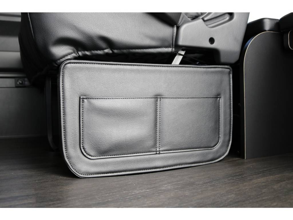 二列目横には小さなポケットが付いてます。 | トヨタ ハイエース 2.7 GL ロング ミドルルーフ 4WD TSS付 内装施工 ARRANGE R1