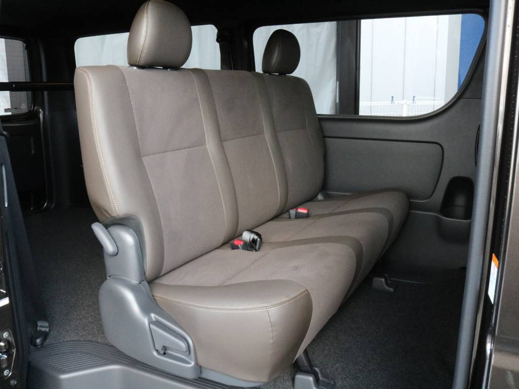 後席もゆったりとしています!! | トヨタ ハイエースバン 2.8 スーパーGL 50TH アニバーサリー リミテッド ロングボディ ディーゼルターボ 4WD TRDバンパー、オフロード仕様