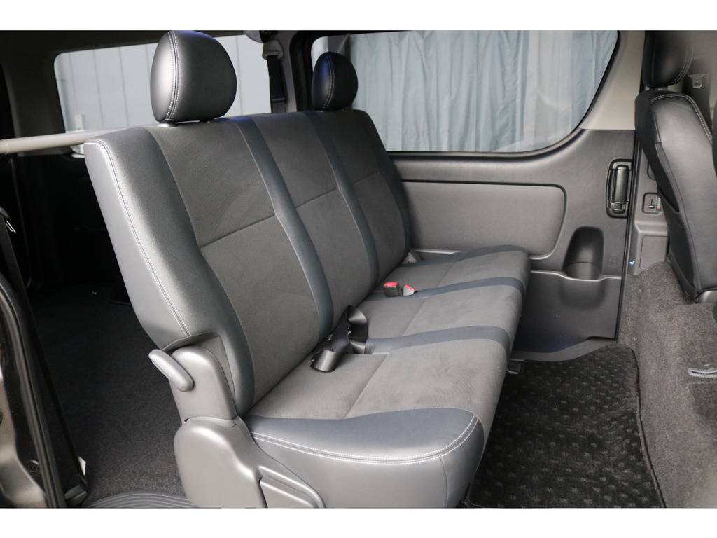 2列目シート広々!! | トヨタ ハイエースバン 3.0 スーパーGL ダークプライム ロングボディ ディーゼルターボ 4WD ナビ・ETC・Bカメラ付
